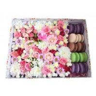 Подарочная коробка с нежными цветами и 12 сладкими макарони «Вкус любви»
