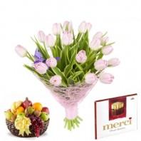 Подарочный набор букет из 21 тюльпана, фруктовая корзина и конфеты Merci «Ликование души»