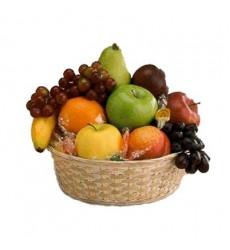 Фруктовая корзина с фруктами и карамельными конфетами «Карамельный рай»