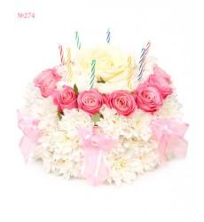 Цветочная композиция из 16 роз, 11 кустовых хризантем и свечей «Именинный торт»