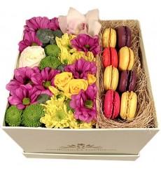 Цветы в коробке с яркими цветами и 8 макарони «Моя неотразимая»
