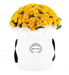 Цветы в шляпной коробке с 39 жёлтыми кустовыми розами «Сад чудес»