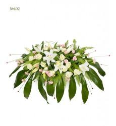 Цветочная композиция из 15 роз, 13 кустовых гвоздик, 5 веток лилии и зелени «Праздничный глянец»