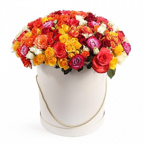 Букет из 101 разноцветной розы в шляпной коробке «Летний вояж»