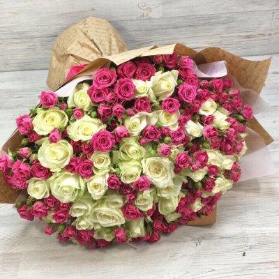 Букет из 71 белых и бордовых роз «Моя принцесса»