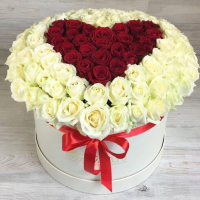 Букет в шляпной коробке из 101 розы «Влюблённое сердце»