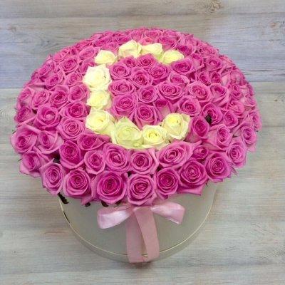 Цветы в шляпной коробке из 101 розовой розы «Любая буква на выбор»