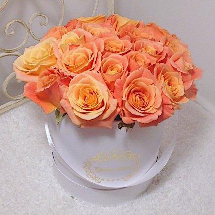 Цветы в шляпной коробке с 19 розами Мисс Пигги «Лепестки нежности»