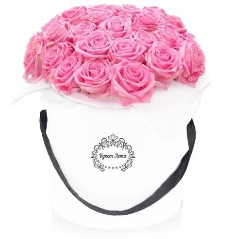 Цветы в шляпной коробке с 19 розовыми розами Аква «Розовый бархат»
