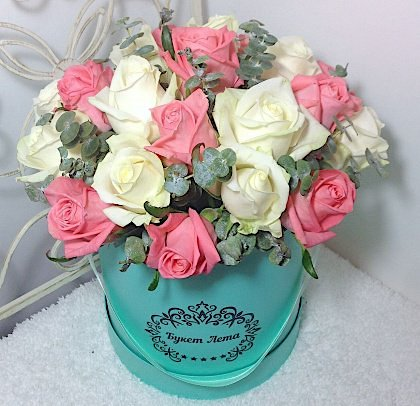Цветы в коробке с 25 белыми и розовыми розами «Праздник Афродиты»
