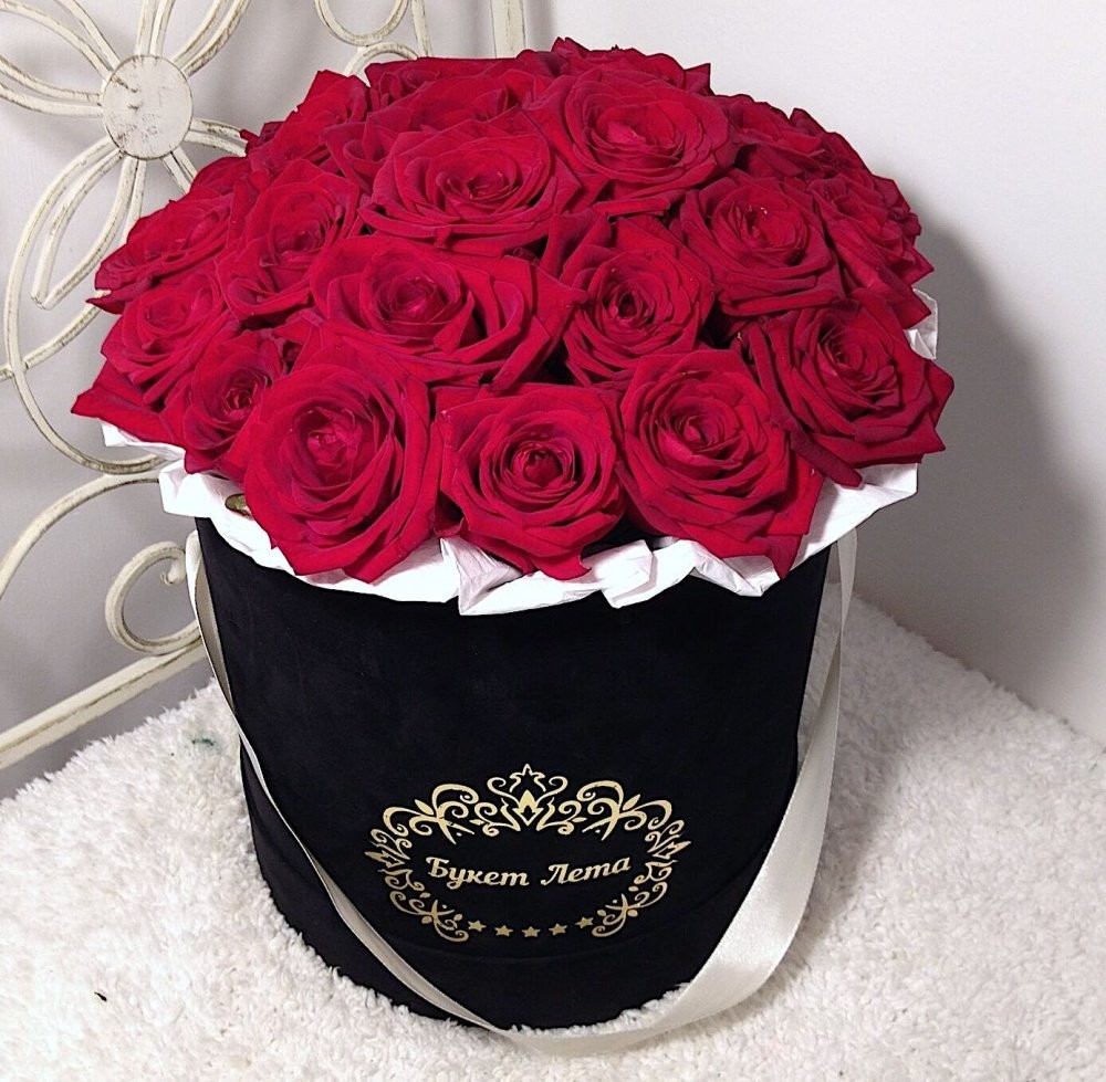 Цветы в коробке с 25 красными розами «Пылающее танго»