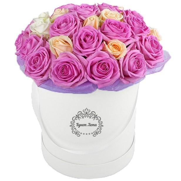 Цветы в шляпной коробке с 29 розовыми и кремовыми розами «Полёт пегаса»