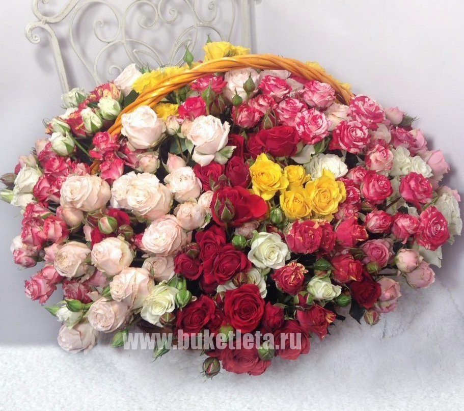 Корзина цветов с 51 кустовой розой «Весенняя флора»