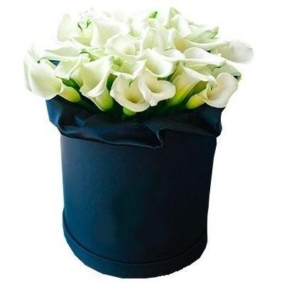 Цветы в коробке с 39 каллами «Тайна любви»