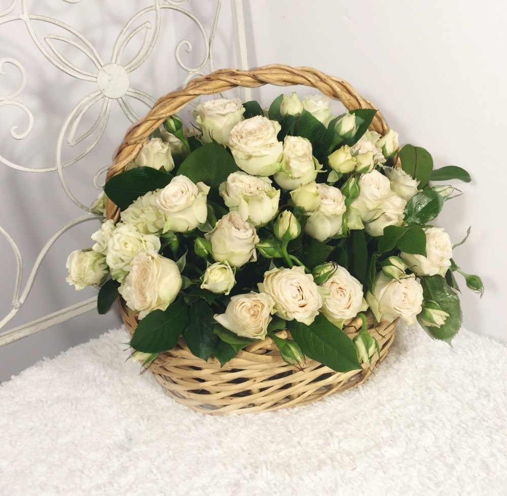 Корзина цветов с 15 белыми кустовыми розами «Мармелад»