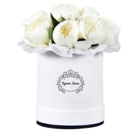 Цветы в шляпной коробке с 9 белыми пионами «Нежные мотивы»