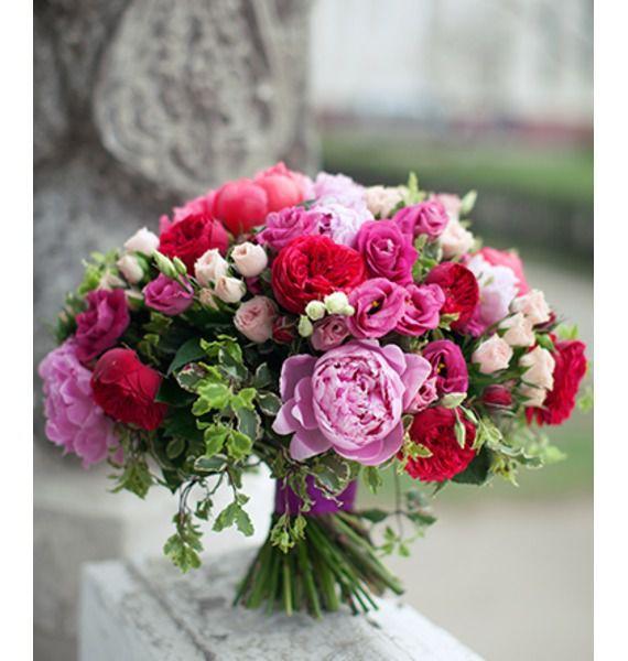 Букет из 5 кустовых роз, 7 эустом, 15 пионов и 7 роз Пиано «Наивная фея»