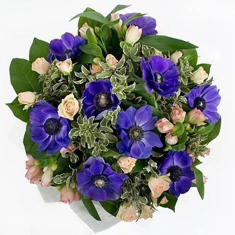 Букет из 8 синих анемонов, 3 альстромерий и 5 роз «Магия идеала»