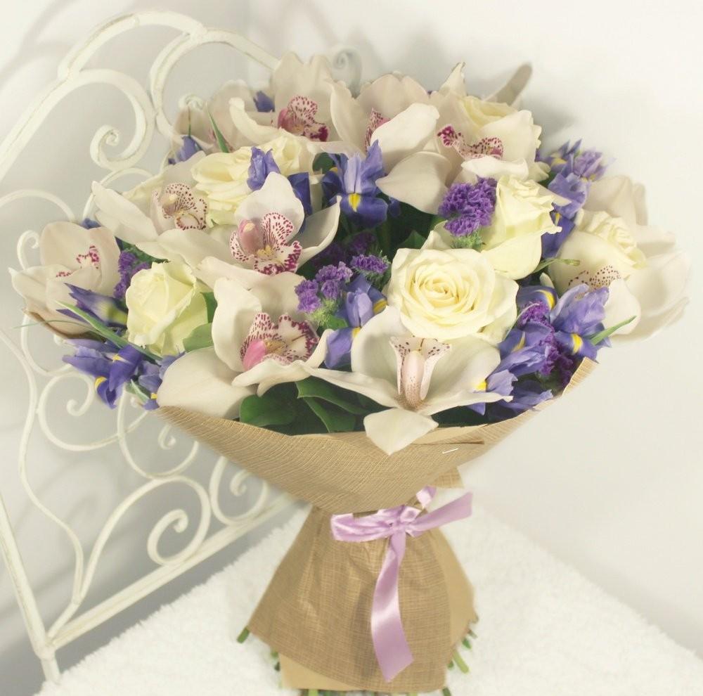 Букет из 10 ирисов, 8 белых роз, 10 орхидей и 5 фрезий «Цветочная фантазия»