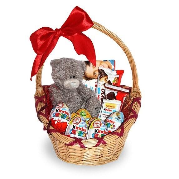 Подарочная корзина с мягким мишкой и сладостями Киндер «Моё солнышко»