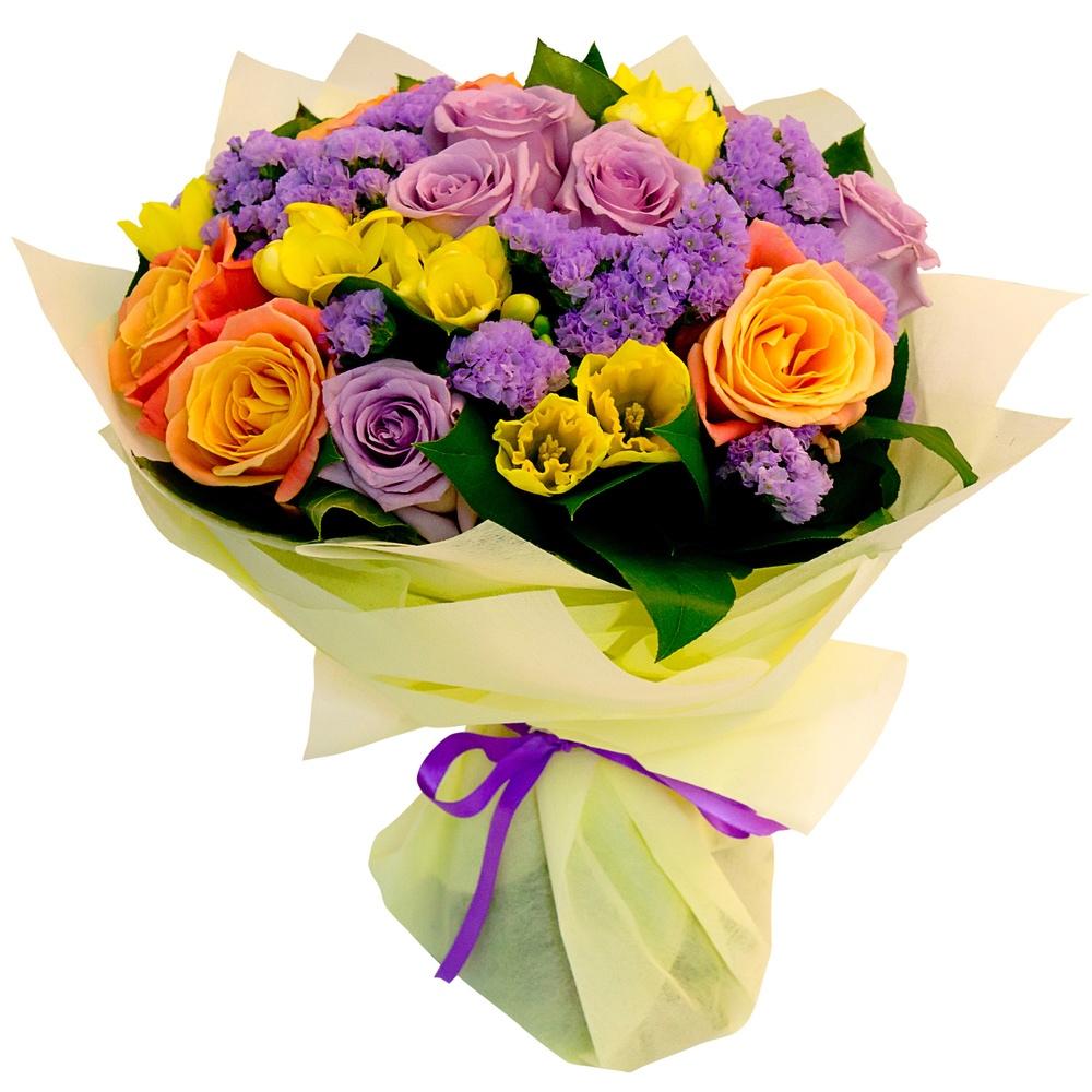 Букет-микс из голландских роз с тюльпанами и хризантемами, украшенный зеленью салала и цветочками статицы.  «Крепкие объятия»