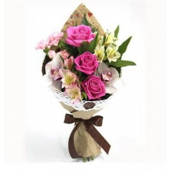 Букет из 3 розовых роз с белым ирисом  «Заветная мечта»