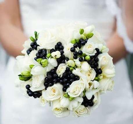 Букет невесты из 7 кустовых роз, 5 фрезий и 7 ранункулюсов «Твоё желание»