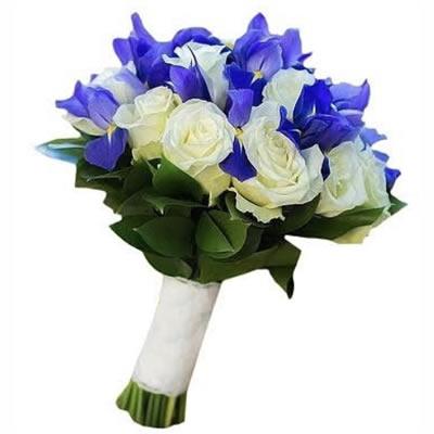 Букет невесты из 12 роз и 15 ирисов «Фиолетовое вдохновение»