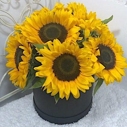 Цветы в коробке  с 10 подсолнухами «Солнечный зайчик»