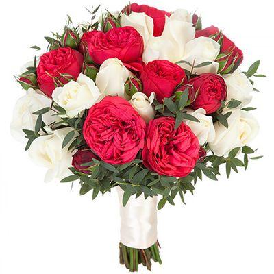 Букет невесты из 15 роз Остина, 7 пионовидных роз и зелени «Свадебная церемония»