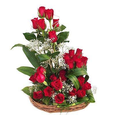 Корзина цветов с 25 красными розами и зеленью «Водоворот страсти»