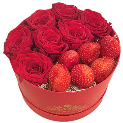 Цветы в коробке  с 7 красными розами и клубникой «Клубничный конфитюр»