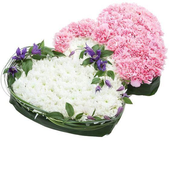 Цветочная композиция из 35 гвоздик, 20 кустовых хризантем и 4 клематисов «Сближение сердец»