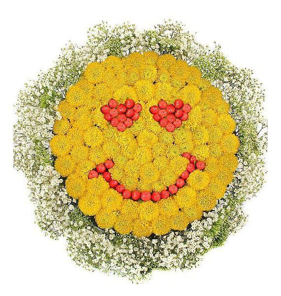 Цветочная композиция из 20 кустовых хризантем «Влюблённый смайлик»