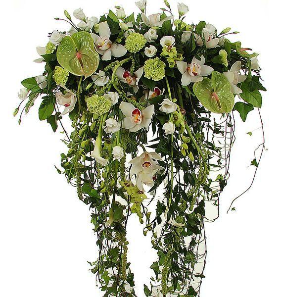 Цветочная композиция из гвоздик, калл, орхидей и зелени «Цветочный водопад»
