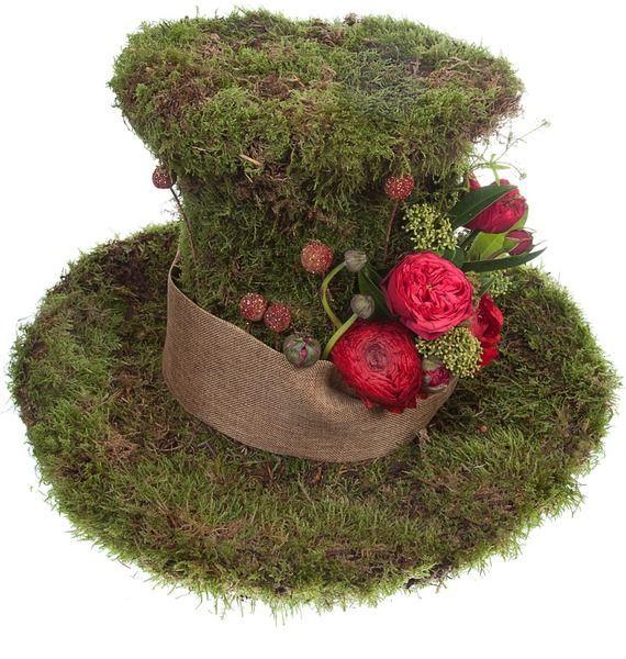 Цветочная композиция из зелени, мха, краспедий и роз «Безумный шляпник»