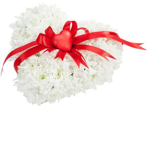 Цветочная композиция из 6 кустовых хризантем и декора «Подаренное сердце»