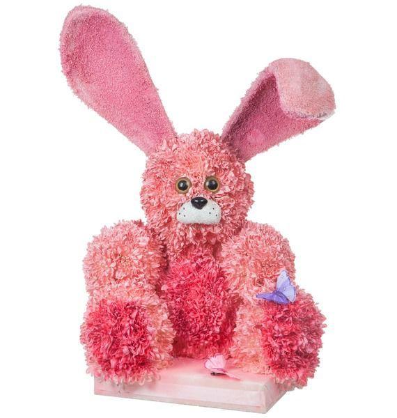 Цветочная композиция из 90 кустовых хризантем и декора «Розовый зайка»