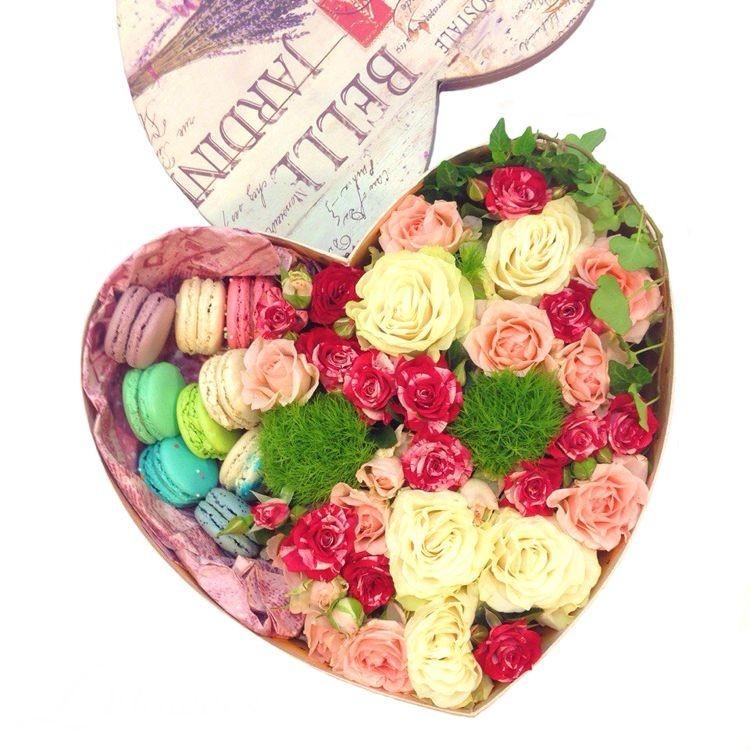 Подарочная коробка с нежными розами и 8 макарони «Завтрак принцессы»