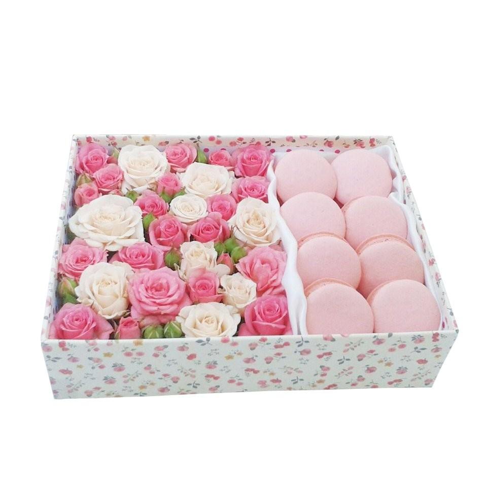 Подарочная коробка с бело-розовыми розами и 8 макарони «Нежности-Сласти»