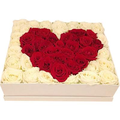 Цветы в коробке  с 51 красной и белой розами «Пленённое сердце»