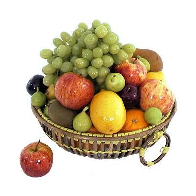 Фруктовая корзина с виноградом, яблоками, киви, инжиром и цитрусовыми «Плодовое удовольствие»