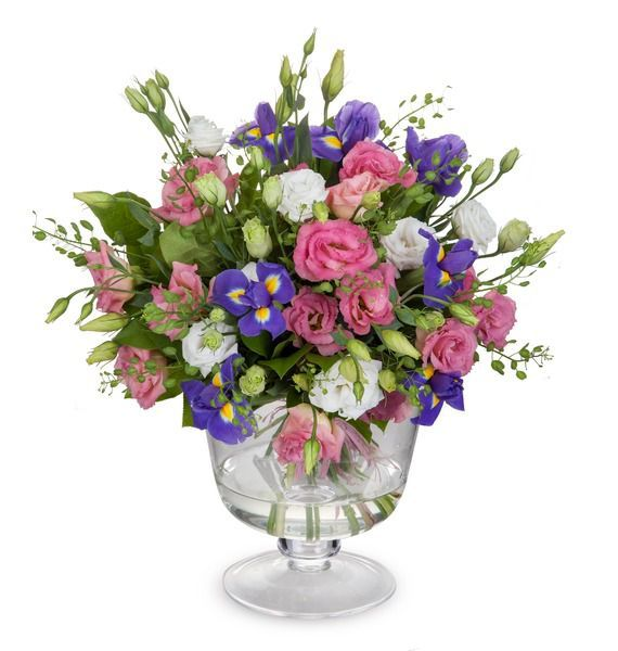 Цветочная композиция из ирисов, роз и зелени «Бокал весны»
