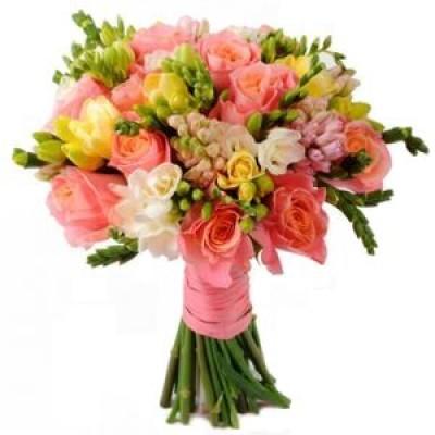 Букет невесты из 15 роз и 22 фрезий «Безудержные чувства»