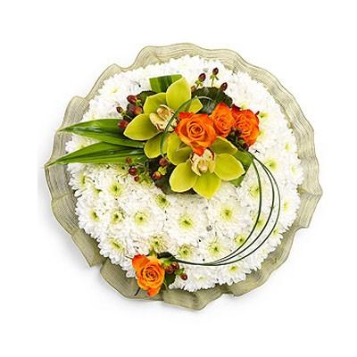Цветочная композиция из 2 орхидей, 4 роз и 15 кустовых хризантем «Лунный лик»