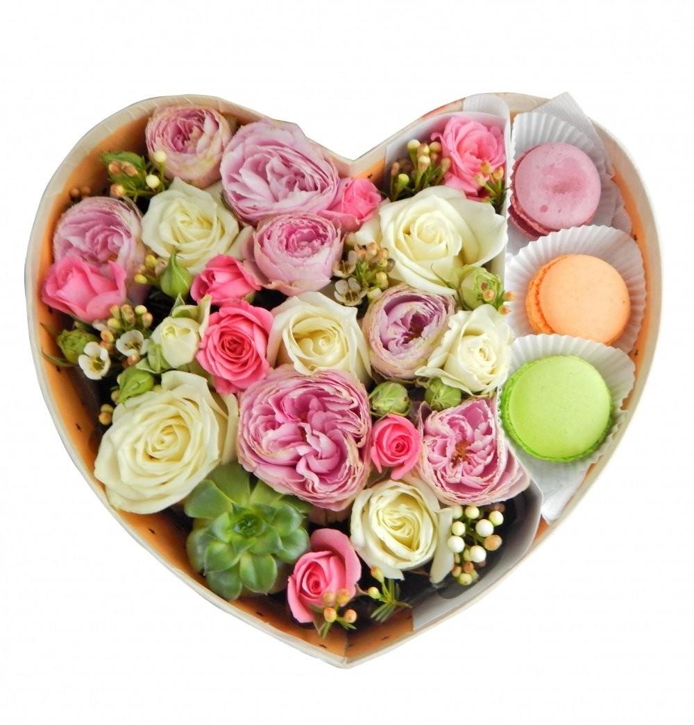 Подарочная коробка с нежными цветами и 3 сладкими макарони «Объятия Афины»