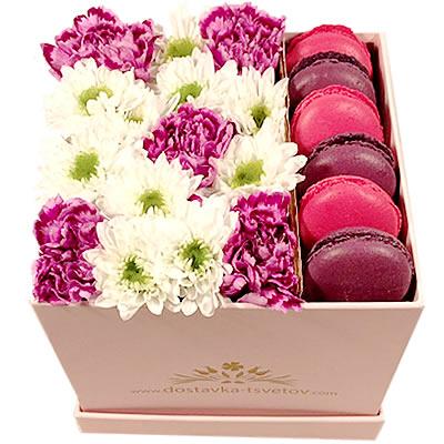 Цветы в коробке с гвоздиками, кустовыми орхидеями и 6 макарони «Малиновый каприз»