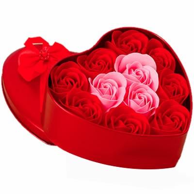 Цветы в коробке с красными и розовыми розами «Элегантное сердце»