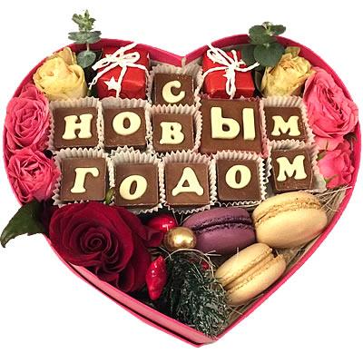 Цветы в коробке  с розами, макарони и конфетами «Сладкий Новый год»
