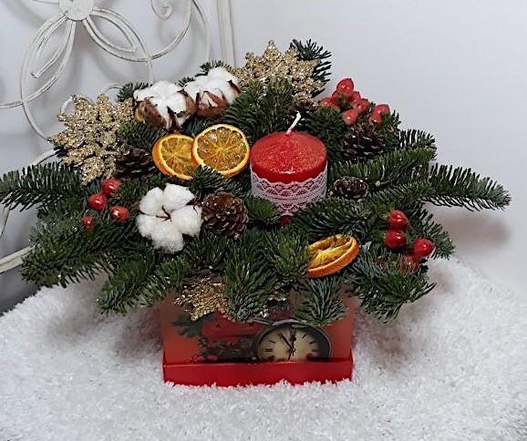 Новогодняя композиция из лапника, хлопка, гиперикума с декором «Зимний вальс»
